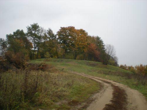 Grabhügel Zarde, Kuncai mit der Siedlung, 2014.